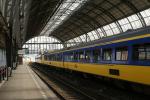 Tren ferrocarril en Estación Central de Ámsterdam